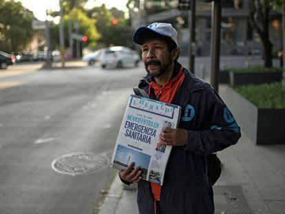 Un vendedor de periódicos, este martes en Ciudad de México.