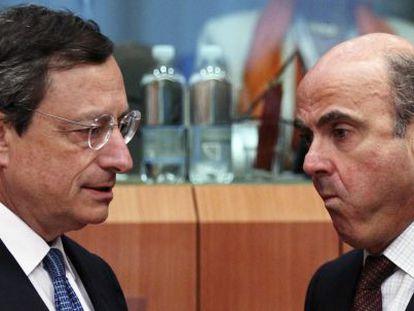 El presidente del BCE, Mario Draghi y el ministro de Economía, Luis de Guindos.