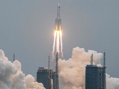 Lanzamiento del cohete 'Larga Marcha-5B', que transporta el primer módulo de la estación espacial china.