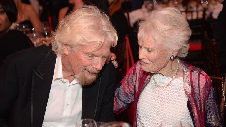 BEVERLY HILLS, CA - MAY 12:  Richard Branson y su madre Eve, en la gala AltaMed Power Up, We Are The Future en 2016 en California.
