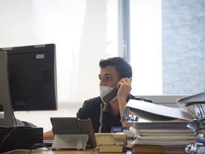 Un rastreador llama del servicio de salud pública de la Comunidad de Madrid, durante una jornada de trabajo.