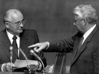 Borís Yeltsin (derecha) y Mijaíl Gorbachov, en una imagen del 23 de agosto de 1991.