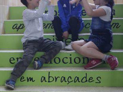 Niños juegan en una escuela de Rubí.