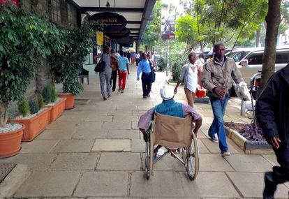 Una acera de Nairobi (Kenia).