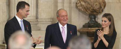 Juan Carlos I es aplaudido por don Felipe y doña Letizia.
