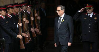 Quim Torra sale del Parlament y pasa revista a los Mossos d'Escuadra.