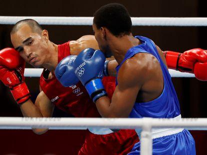 Eldric Sella Rodríguez, venezolano del Equipo Olímpico de Refugiados, se enfrenta a Euri Cedeno de República Dominicana en Tokio el 25 de julio.
