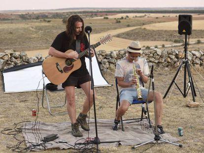 Alberto Acinas y Curro (coreano afincado en España), al comienzo de su concierto el pasado sábado.