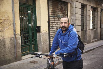 """""""Voy en bicicleta menos de lo que quisiera. Tengo sentimiento de culpa de ocupar la calzada"""", reflexiona Nacho Doctor, de 34 años y trabajador en marketing digital. A Doctor le gustaría conquistar """"ese espacio que en España parece que pertenece a otros y no a uno mismo"""": """"Vengo a despejar dudas recurrentes. Nadie lo tiene claro, empezando por mí y siguiendo por coches, autobuses y taxis""""."""