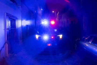 Un vehículo de la policía municipal patrulla las calles de Zacatecas.