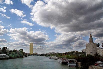 Reconstrucción virtual del impacto visual que tendrá el rascacielos visto  desde el puente de San Telmo con la Torre  del Oro a la derecha.