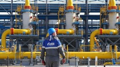 Un operario de Gazprom en una unidad de tratamiento de gas en la región de Leningrado, el punto de partida del gasoducto Nord Stream 2, el pasado julio.