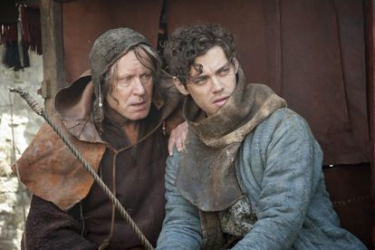Stellan Skarsgård y Tom Payne, en 'El médico'.