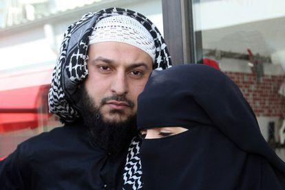 Liès Hebbadj y su esposa, multada a principios de abril por conducir con velo integral en Nantes (Francia).