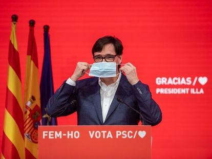 El candidato a la Presidencia de la Generalitat por el PSC, Salvador Illa, se ajusta la mascarilla antes de la rueda de prensa.