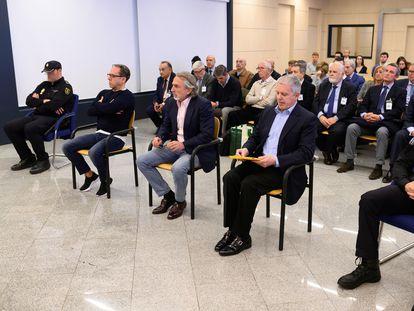 En primera fila, desde la izquierda, Álvaro Pérez, Francisco Correa y Pablo Crespo. Detrás, el resto de acusados, este lunes en la Audiencia Nacional.