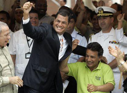 Rafael Correa, izquierda, celebra con su compañero de candidatura Lenin Moreno los primeros sondeos.