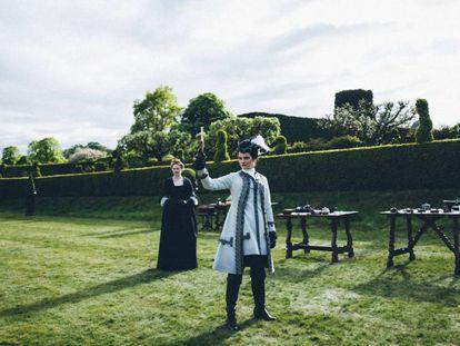 Las actrices Emma Stone y Rachel Weisz, en una secuencia de 'La favorita'. En vídeo, el tráiler de la película.