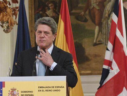 El embajador de España en el Reino Unido, Federico Trillo, durante la rueda de prensa en la que anunció que dejaba su cargo.