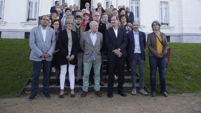 Brian Currin con varios miembros de su grupo y representantes de partidos políticos vascos.
