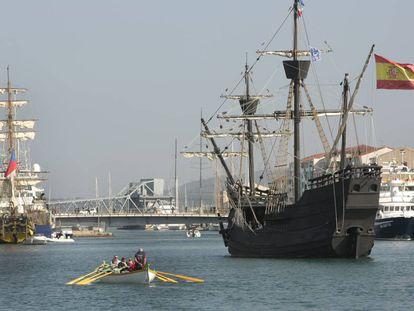 Una réplica de la nao 'Victoria', en la que dio la vuelta al mundo Elcano, entrando en el puerto de Sete (Francia), en 2016.