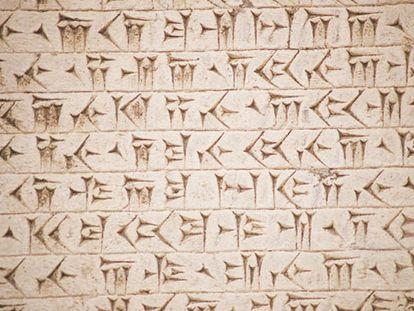 Bajorrelieve con escritura cuneiforme hallado en Beshistún, Irán.