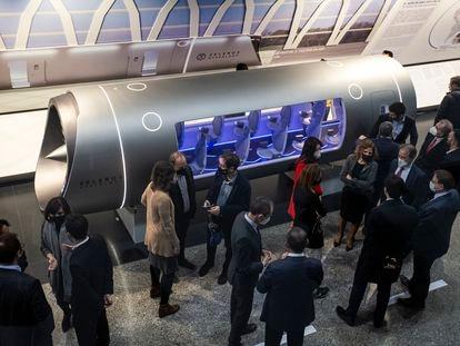 El presidente de la Generalitat, Ximo Puig (c) , y el ministro de Ciencia e Innovación, Pedro Duque, y la consejera de Innovación, Carolina Pascual , asisten a la presentación del vehículo Hyperloop de Zeleros.