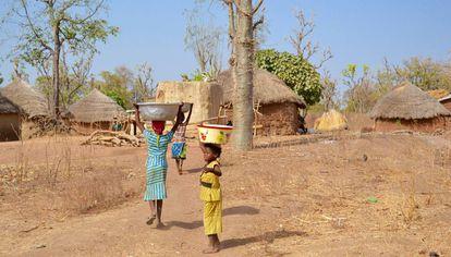 Niñas transportan agua desde el pozo hasta la aldea.