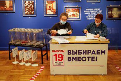 Miembros de la comisión electoral local revistan las papeletas en un colegio de Moscú, este jueves.