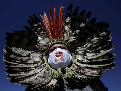 El líder indígena Kretan Kaingang, en un momento de la protesta para pedir la dimisión del presidente de Brasil, Jair Bolsonaro, en el exterior del Congreso Nacional, en Brasilia.