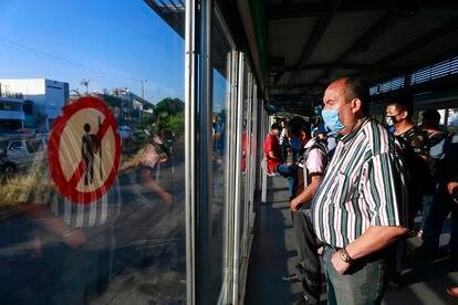 Personas esperan el autobús en Guadalajara, México.