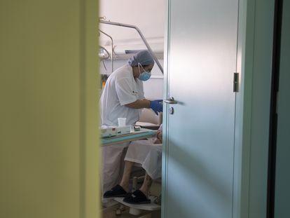 Una enfermera del Hospital de Igualada atiende a una paciente.