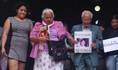 Los padres de Mariana Lima Buendía, a su salida del Supremo.