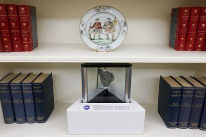 Una muestra de roca lunar de la misión Apolo 17 comparte espacio con obras escritas por George Washington y Nathaniel Hawthorne en el Despacho Oval.