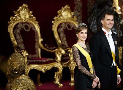 Doña Letizia y don Felipe, en el Salón del Trono del Palacio Real durante la recepción al presidente de México, Enrique Peña Nieto, este junio en Madrid.