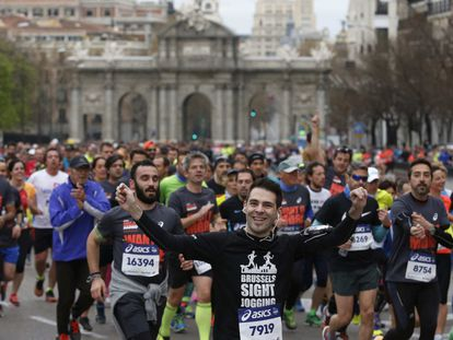 Más de veinte mil corredores tomaron la salida en el Paseo del Prado, junto al dios Neptuno y el museo del Prado. En la imagen, corredores a su paso por la calle Alcalá.