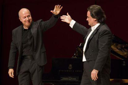 El pianista Marco Evangelisti, a la izquierda, y el tenor Josep Bros, tras su actuación.