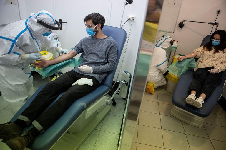 El 30 de abril comenzaron en el Centro de Atención Primaria Manso de Barcelona las pruebas analíticas de personas elegidas aleatoriamente para someterse a pruebas de seroprevalencia. El estudio fue un logro tecnológico de la administración.