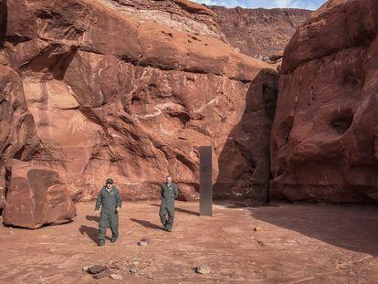 Funcionarios del Estado de Utah, el 24 de noviembre, junto al monolito.
