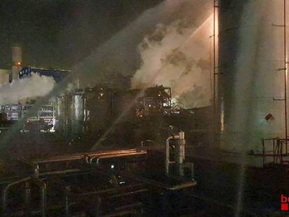 Tareas de extinción de los Bomberos tras la explosión en la empresa química.