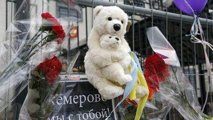 Peluches y flores por las víctimas del incendio del centro comercial en Kémerovo.