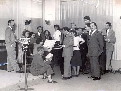 Miembros del cuadro de actores de la SER tras una retransmisión en una imagen sin datar.