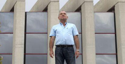 José Luis Adell, nuevo alcalde de Navalcarnero (PSOE), delante del Ayuntamiento.