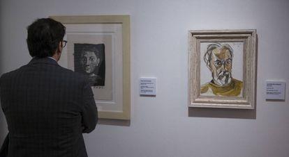Un hombre contempla 'Cabeza (autorretrato joven)' (1945), de Picasso y, a la derecha, 'Autorretrato' (1972), de Peinado.