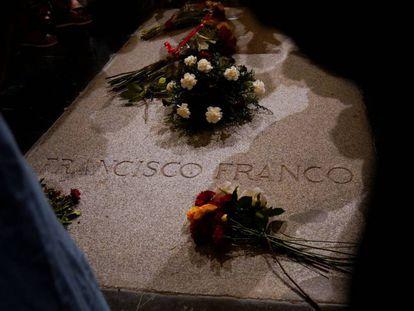 Flores en la tumba de Franco, este viernes en el Valle de los Caídos.