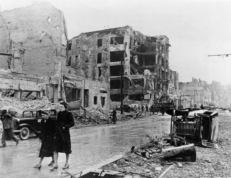 Residentes berlineses pasean entre las ruinas de la ciudad alemana, tras ser tomada por el Ejército Rojo, en mayo de 1945.