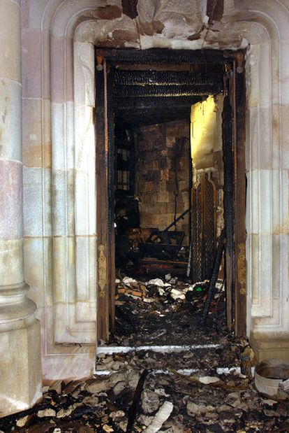 La puerta de la sacristía de la cripta de la Sagrada Familia, calcinada ayer en el  incendio.
