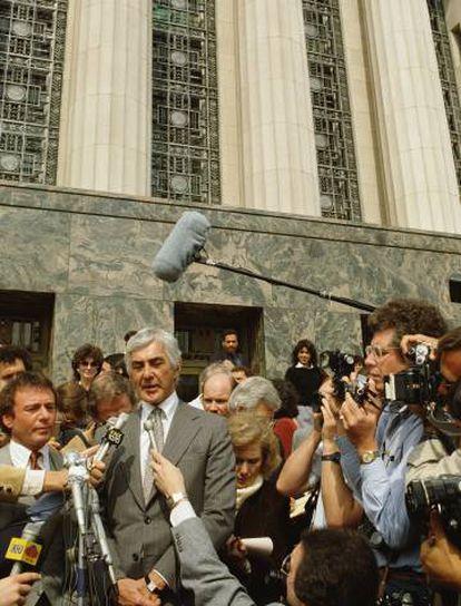 DeLorean atiende a la prensa a las puertas del juzgado en Los Ángeles, donde se celebraba el juicio contra él por tráfico de drogas.  
