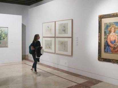 Una mujer observa algunas de las obras de 'Un panorama del arte actual en la Colección Focus'.