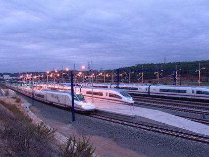 Trenes en la estación de Camp de Tarragona.